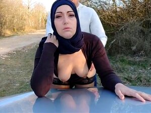 Elle Ecarte Ses Cuisses Contre Le Capot Porn