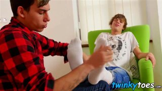 Twink sucks his boyfriends toes before being barebacked