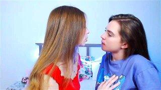 2 Girls Kissing