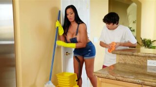 Housewife with huge tits is ready for fuck and boy wastes no time